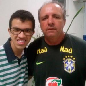 Gabriel Dantas, autor do livro, ao lado de Vadão, técnico da seleção feminina de futebol.