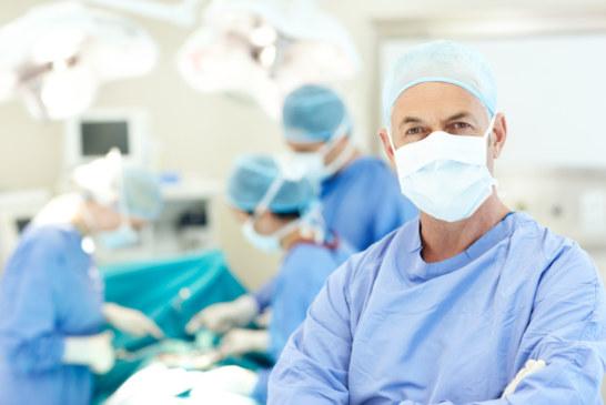 Como é regulamentado o controle de infecções em hospitais e serviços de saúde