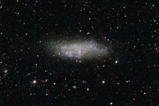 Uma galáxia anã nos confins do universo