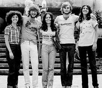 Duilia à direita na UFRJ, em 1982. Ao seu lado, os amigos Julio, Cleide, Carlos e Carminha.