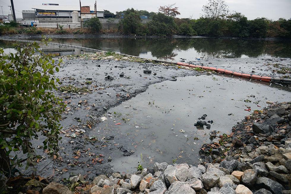 il- Ecobarreira instalada no Rio Meriti, junto à Rodovia Washington Luiz (BR-040), em Duque de Caxias, na Baixada Fluminense para evitar que lixo flutuante chegue à Baía de Guanabara. Foto: Tomaz Silva / Agência Brasil