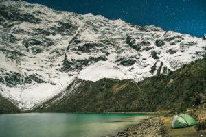 Os imponentes glaciares da montanha Humantay iluminados pela lua