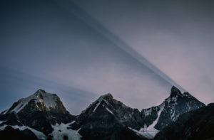 Por do sol atrás das montanhas Yerupajá