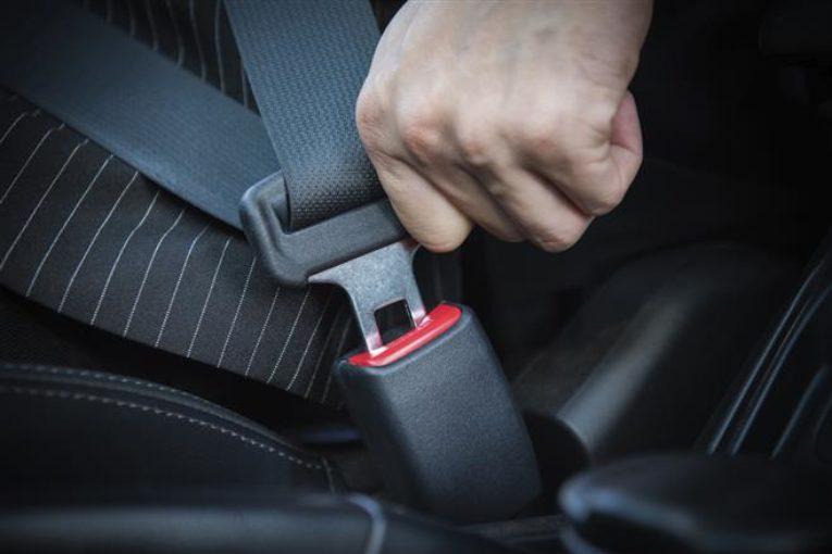 Motorista ajusta cito de segurança no veículo